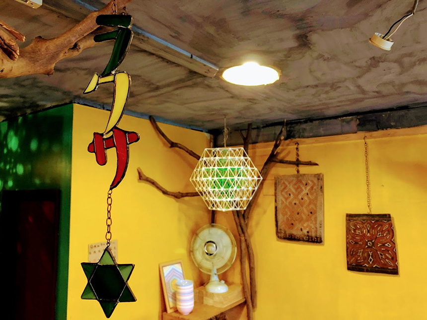 茅ヶ崎のアジア・エスニック料理『いただきます食堂』の店内飾り