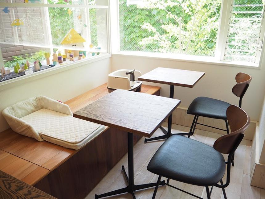 鎌倉の親子カフェ『MISORA cafe(ミソラカフェ)』のテーブル席