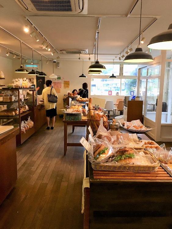 藤沢のパン屋『ブーランジェリー・ユイ』の店内に並ぶパン
