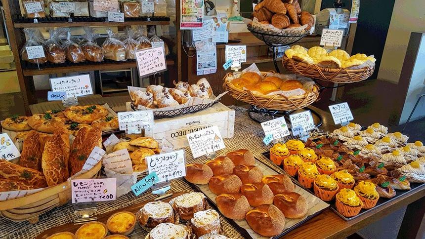 藤沢のパン屋『ブーランジェリー・ユイ』の様々な種類のパン