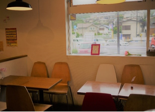 藤沢のパン屋『ブーランジェリー・ユイ』の店内飲食スペース