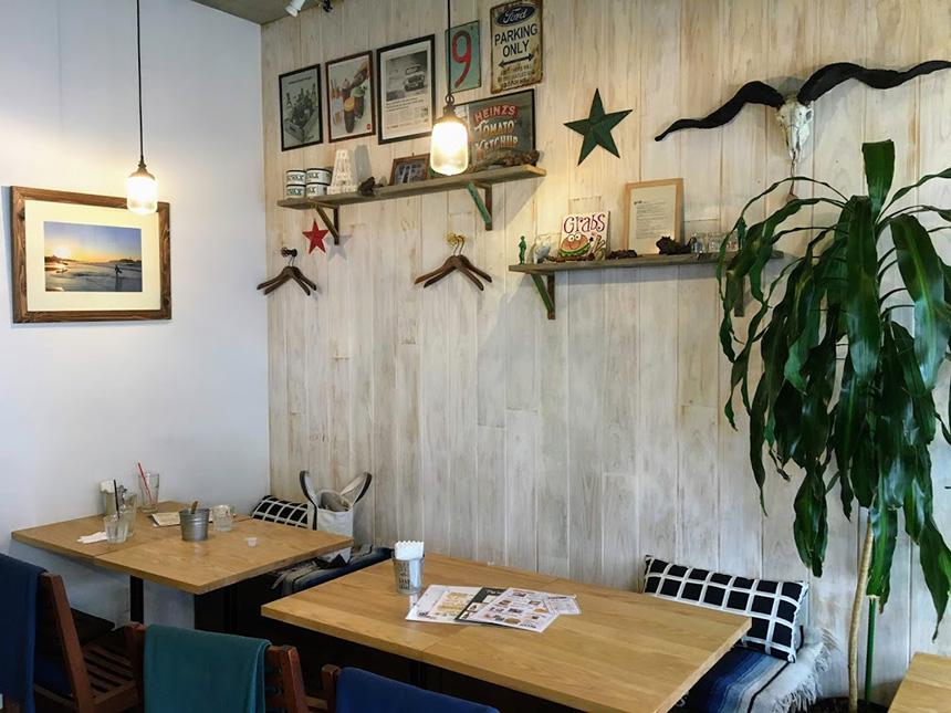 藤沢のハンバーガー・カフェ『GRABS(グラブス)』の店内テーブル席