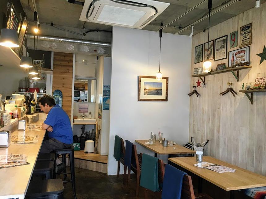 藤沢のハンバーガー・カフェ『GRABS(グラブス)』の店内カウンター席