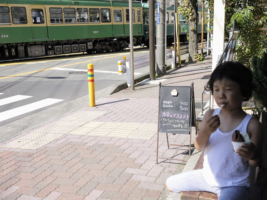 江ノ島のジェラート『SE1』でジェラートを食べる子ども
