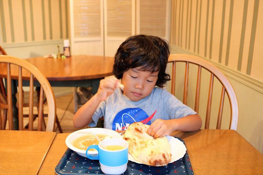 インドカレーを食べる子ども