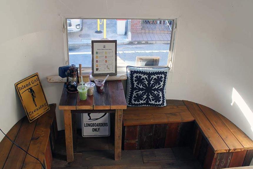 鵠沼海岸のスムージーカフェ『MOANI』の店内