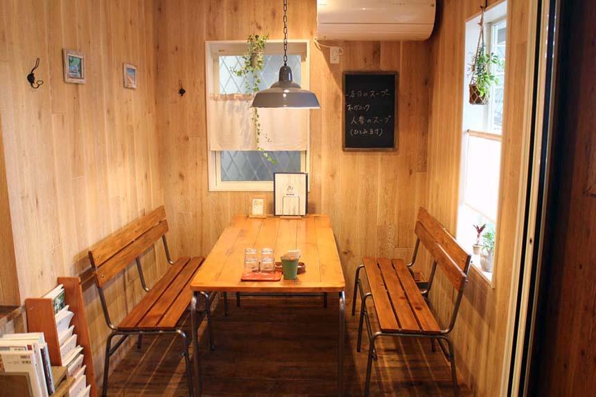 鵠沼海岸のパンケーキカフェ『PCH Coffee』の店内テーブル席