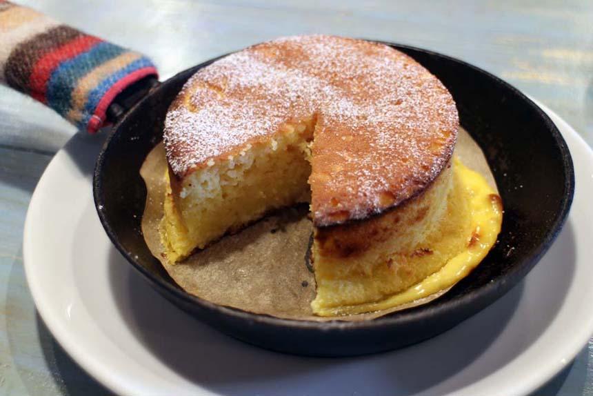 鵠沼海岸のパンケーキカフェ『PCH Coffee』のベイクドフレンチパンケーキのカット