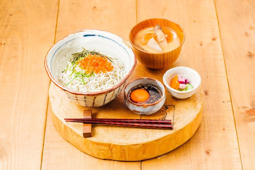 三崎マグロのレアカツ&湘南しらすと鎌倉野菜のかき揚げ定食