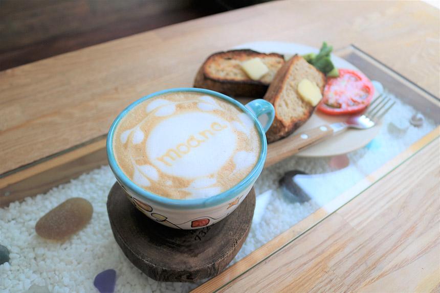 鵠沼海岸のカフェ・ナミニココーヒーのカフェラテとパン