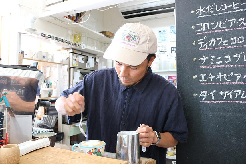 鵠沼海岸のカフェ・ナミニココーヒーのオーナー雄介さん