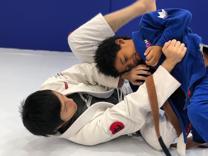 幼児を教えている柔術のコーチ