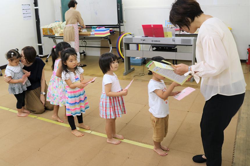 子どものためのリトミックのレッスンで一列に並ぶ子ども