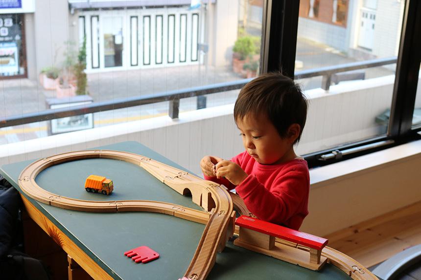 親子カフェで電車のおもちゃで遊ぶ子ども