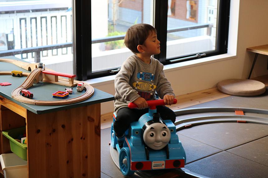 親子カフェでトーマスのおもちゃで遊ぶ子ども