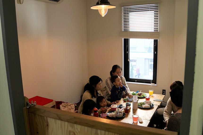 個室で団らんする親子カフェ