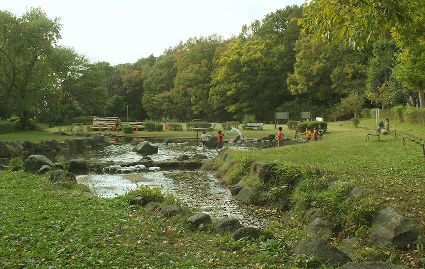 池で遊ぶ子供たち