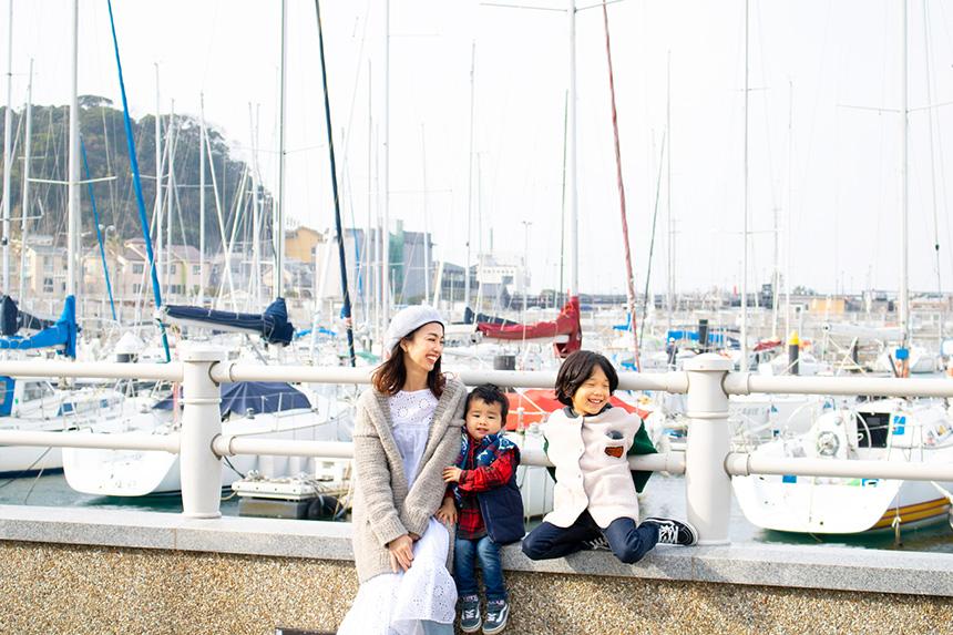 セーリング会場となる江の島ヨットハーバーで遊ぶ子どもとママ