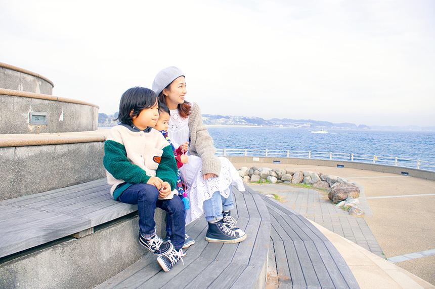 江の島さざえ島で遊ぶ子どもとママ