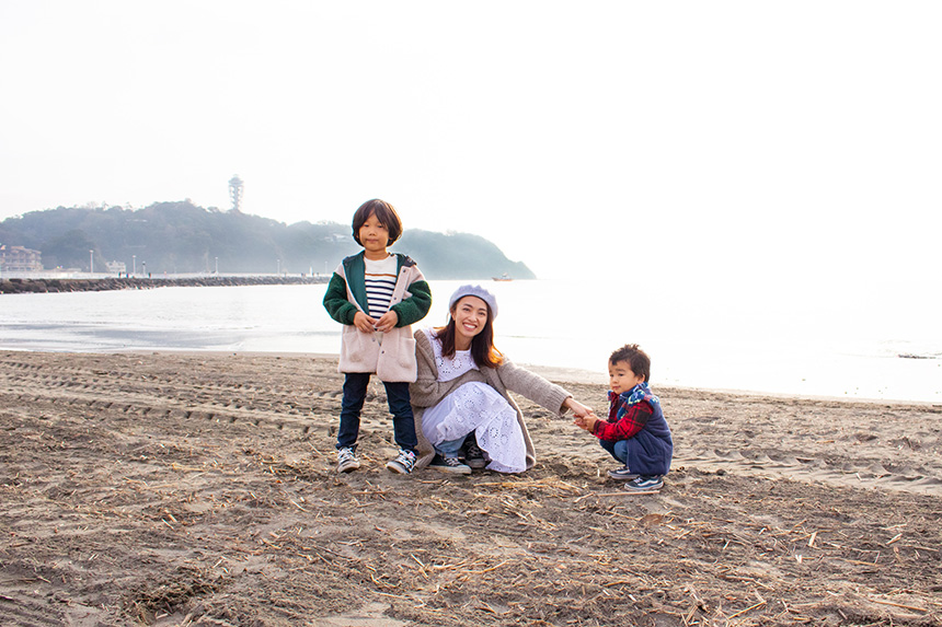 江の島で海遊びをする子どもとママ