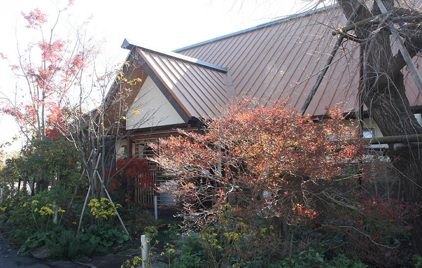 古材と現代的デザインがマッチしたモダンな建築の農家レストラン