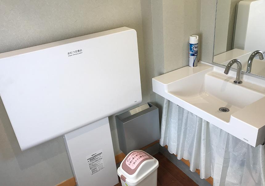 子供用の椅子、洗面所にはおむつ交換台