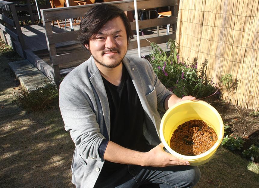 農業法人株式会社いぶきの里崇さん、発酵させたきゅうりを持って