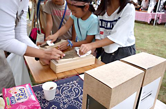 ガーデンフェスティバルでの子どもの鰹節削り体験