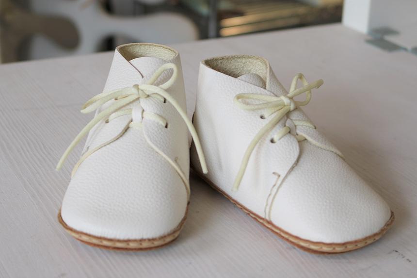 鎌倉『ウメロイーク』の白いファーストシューズ