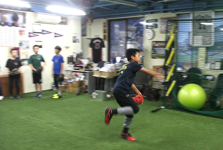 藤沢・野球塾『Perfect Pitch and Swing』で練習する子ども