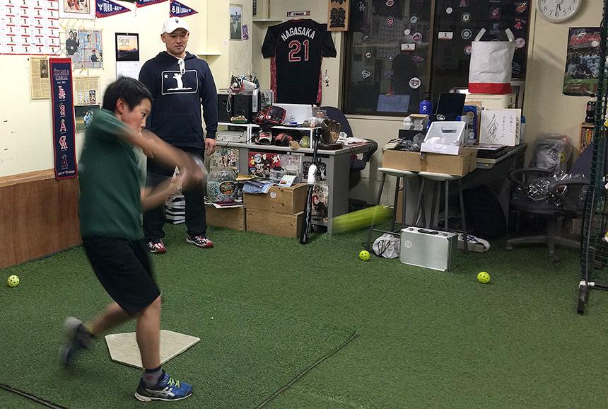 藤沢・野球塾でバッティング練習する子ども