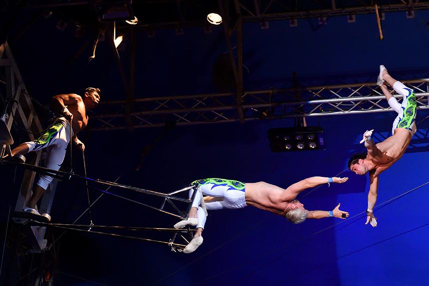 サーカスショー『ポップサーカス』の空中ブランコ