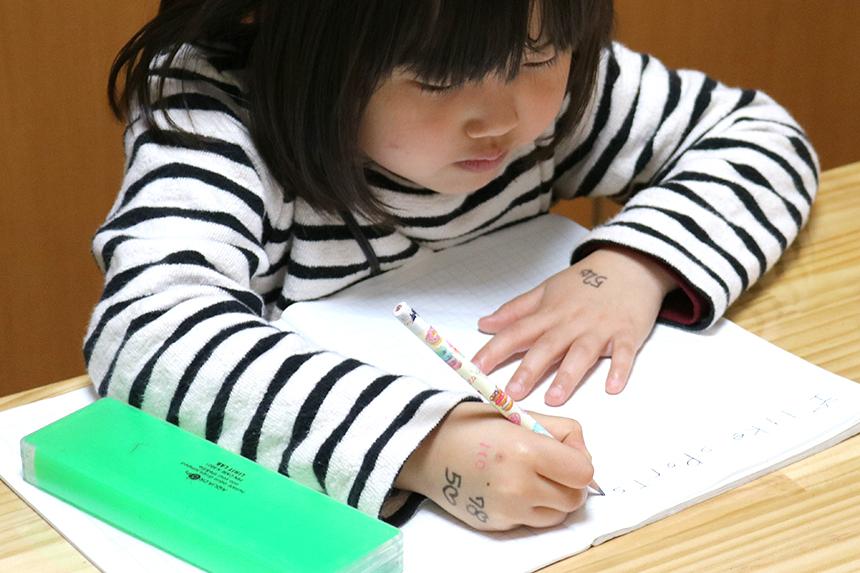 鵠沼海岸の英会話教室『Dream Tree English』の宿題に取り組む子ども