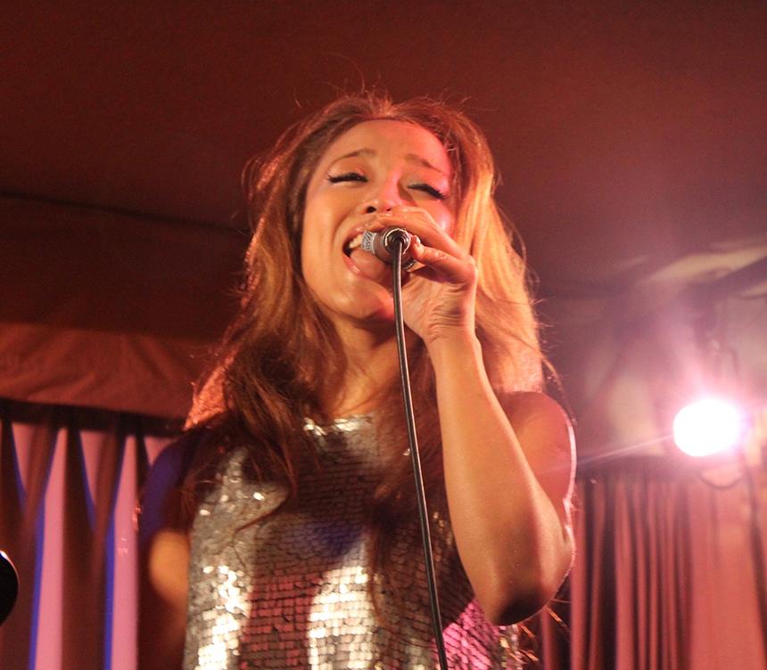 ステージで歌うSILVAさん