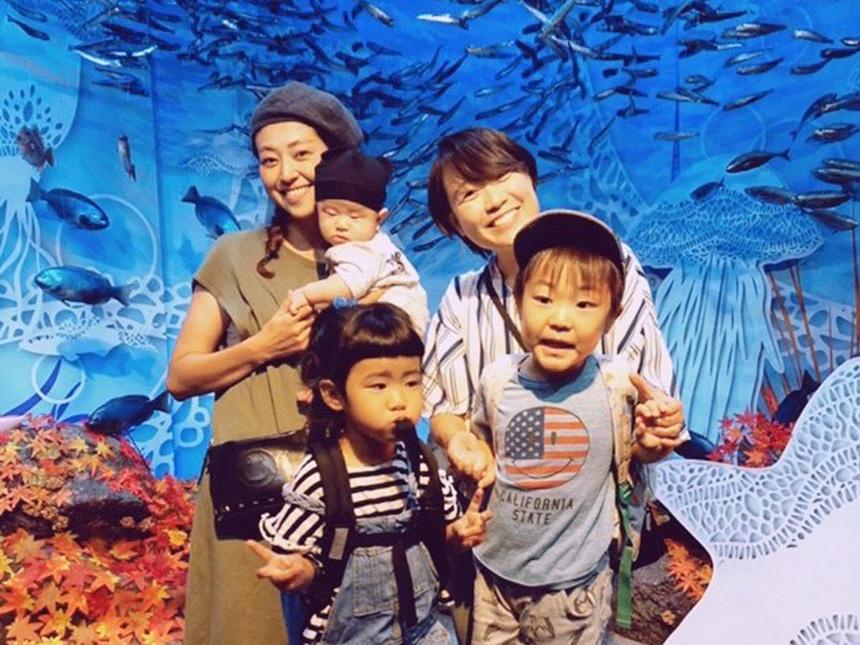 うみこころの子育て、江の島水族館で遊ぶ子どもとママ