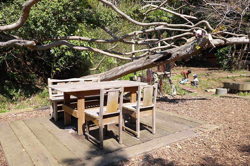 『SYOKU-YABO農園』のアウトドアランチを楽しめるテーブル