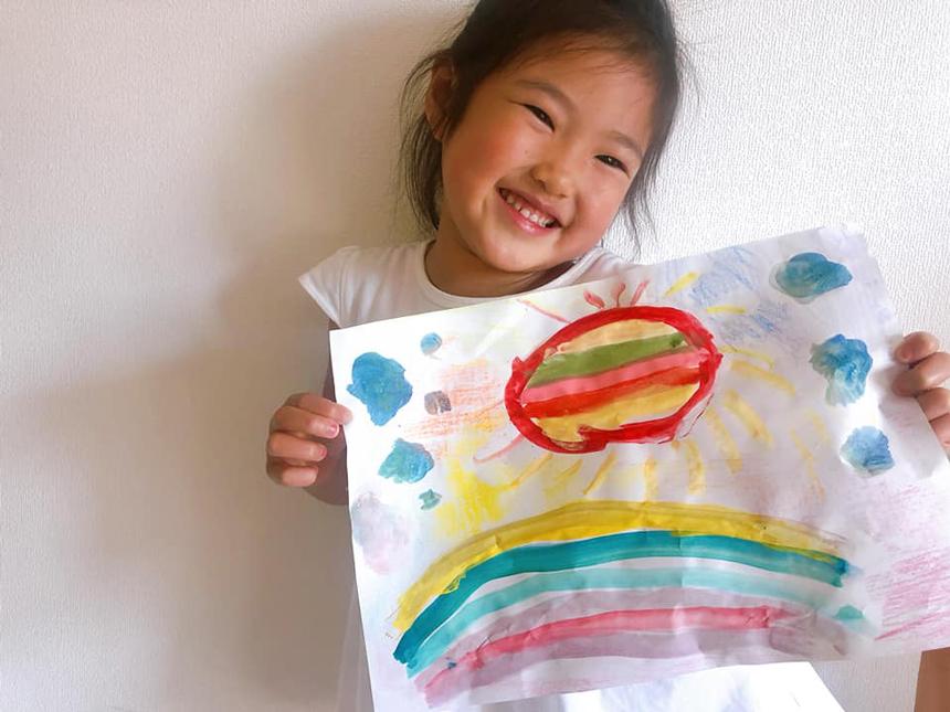 「おひさまのわプロジェクト」太陽の絵をもった子ども