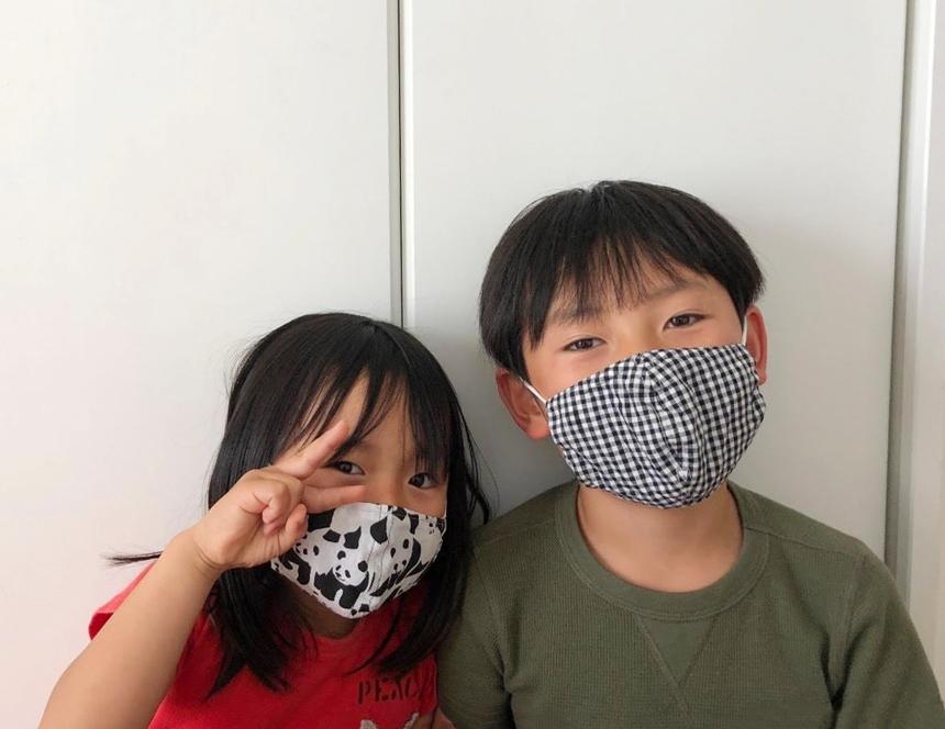 布マスクをつける男女の子ども