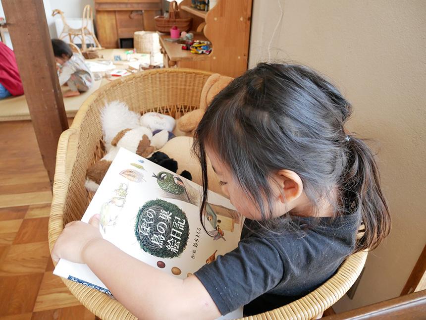 鎌倉コワーキングハウスで絵本を読む子ども