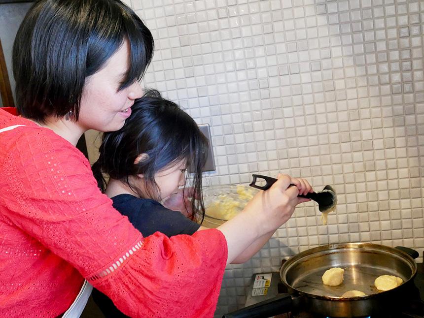料理するママと子ども