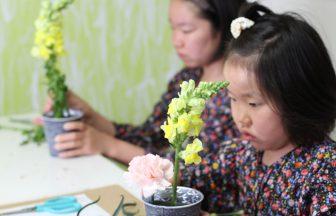 花育教室でレッスンする子ども