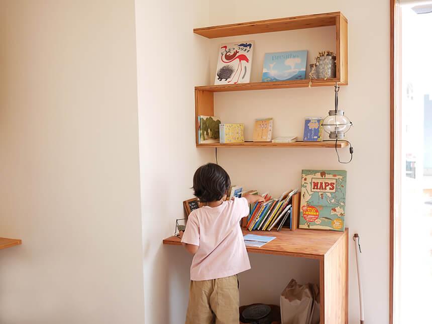 逗子のカフェ「くじらぐも」店内の子ども絵本スペース