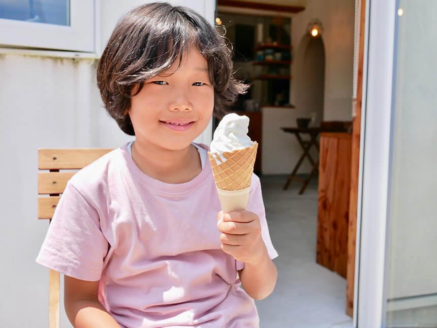 ソフトクリームを食べる子ども