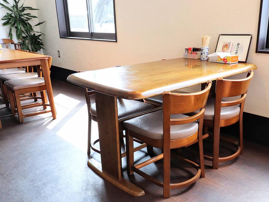 藤沢・辻堂のラーメン屋『はとり亭』のテーブル席