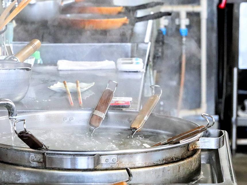ラーメンを作る藤沢・辻堂のラーメン屋『はとり亭』の調理器具