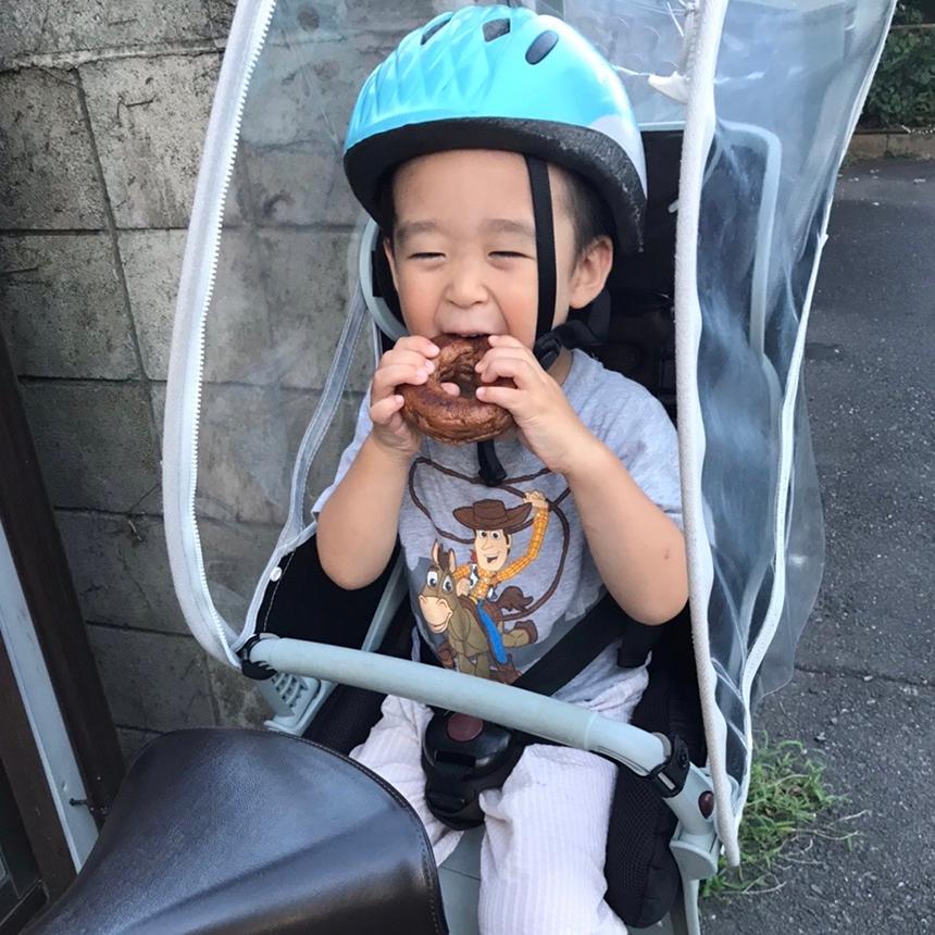 鎌倉のベーグル屋さん『べーぐるもへある』のベーグルを食べる子ども