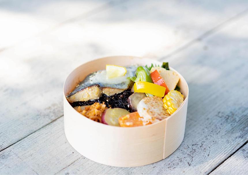 葉山・湘南国際村のカフェ『アーセンプレイス』の塩麹魚のわっぱ弁当