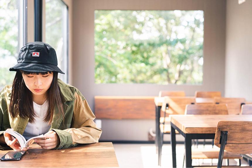 葉山・湘南国際村のカフェ『アーセンプレイス』の店内でコーヒーを飲む女性