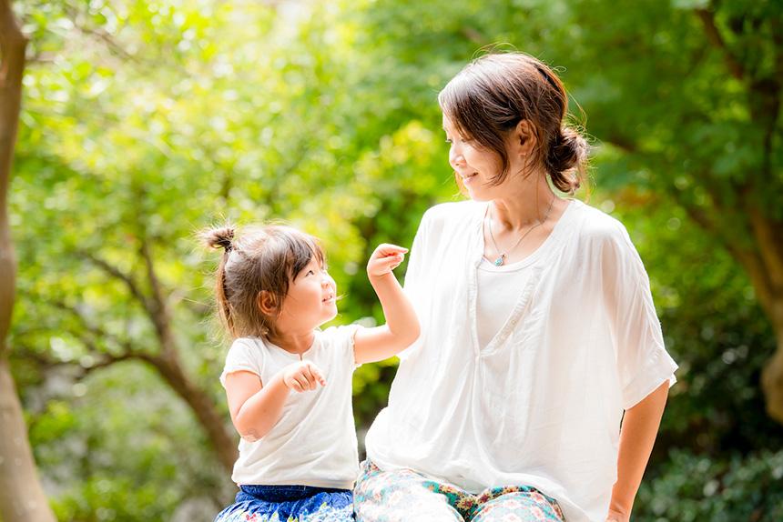 逗子・鎌倉で子連れOKのママ向けヨガレッスンを主宰する鈴木理佐さんと子ども