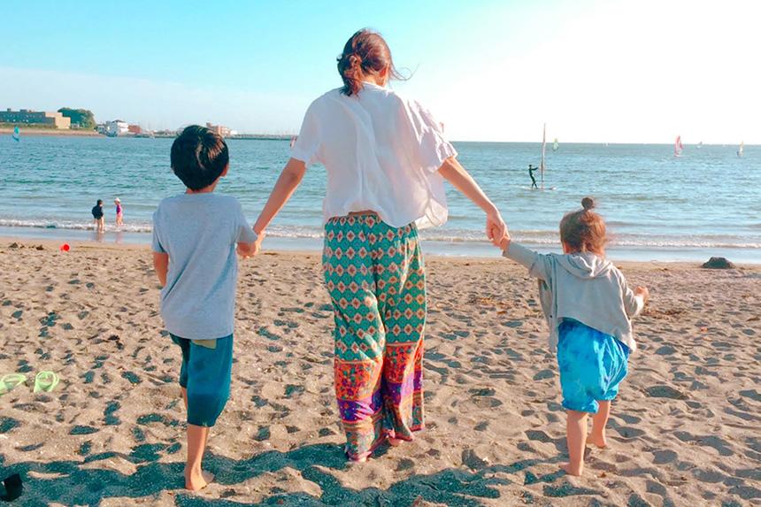 逗子の海を歩くママと子ども